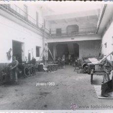Fotografía antigua: SEVILLA, AÑOS 50, UNA HERRERIA, FOT.SERRANO,PRECIOSA,116X88MM. Lote 38778219