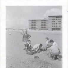 Fotografía antigua: MURCIA, LA MANGA DEL MAR MENOR, CIRCA 1960, PRECIOSA ESTAMPA DE PLAYA,108X75MM. Lote 38807069