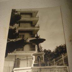 Fotografía antigua: ANTIGUA FOTOGRAFIA DE LA FUENTE GLORIETA ESPAÑA ANTERIORMENTE EN LA CALLE COLÓN DE IBI AÑO 1960S.. Lote 38815342