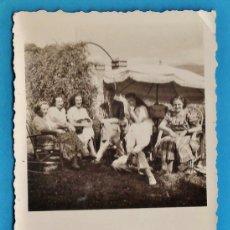 Fotografía antigua: FOTOGRAFIA - ++ ¿LA RECONOCE? ++ - REUNION FAMILIAR - SIN MAS DATOS - AÑOS 40 - RD11. Lote 38823559