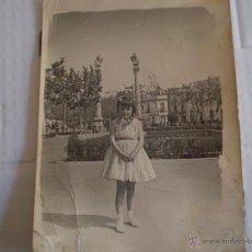 Fotografía antigua: ANTIGUA FOTOGRAFIA DE NIÑA EN ALAMEDA DE HERCULES,SEVILLA,AÑOS 50. Lote 180210773