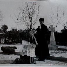 Fotografía antigua: BRUTAL FOTOGRAFIA DE FR PIUS RI, CURA COREANO DANDO SU PRIMERA BENDICION, 1959!!. Lote 39464531