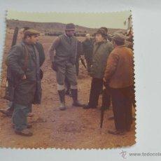 Fotografía antigua: FOTOGRAFIA DEL REY JUAN CARLOS I EN UNA CACERIA CON VARIOS CAZADORES, MIDE 20,5 X 18,5 CMS.. Lote 39470463