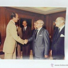 Fotografía antigua: FOTOGRAFIA DEL REY JUAN CARLOS I EN UNA AUDIENCIA EN 1982, MIDE 25 X 20 CMS.. Lote 39470527
