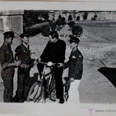 Fotografía antigua: ESPECTACULAR FOTOGRAFIA DE MIKE GORMLY Y ALUMNOS, JAN HEUNG 1972, COREA , PROPIEDAD REVISTA FAR EAST. Lote 39556288