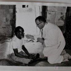 Fotografía antigua: FOTOGRAFIA DE FR. V. MC CARTHY DANDO COMUNION EN NABALA, FIDJI, AÑO 1972. Lote 39556367