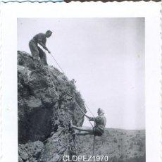 Fotografía antigua: ALPINISMO, ESCALADA, MUJER PRACTICANDO DESCENSO EN LOS AÑOS 40-50,RARA,70X98MM. Lote 39560814