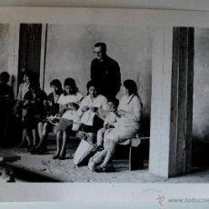 Fotografía antigua: FOTOGRAFÍA DEL REVERENDO OWEN O'KANE, MUJERES COSIENDO, LIMA (PERU) AÑOS 70 . Lote 39622443