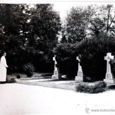 Fotografía antigua: ESPECTACULAR FOTOGRAFÍA DE UN SACERDOTE DELANTE DE 3 CRUCES . Lote 39712863