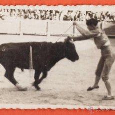 Fotografía antigua: FOTOGRAFIA ++ ¿ LA RECONOCE ? ++ CORRIDA TOROS / BANDERILLAS - FOT. MAYMO / BCN - AÑO 1942 - RD27. Lote 39797917