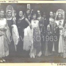 Fotografía antigua: HUELVA, 1932, MUJERES DE MANTILLA EN UNA BECERRADA BENEFICA, RARA,120X85MM. Lote 40375781
