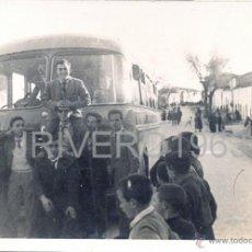 Fotografía antigua: LOGROSAN, CACERES,1956, PARADA DEL AUTOBUS, MUY RARA,105X75MM. Lote 40395961