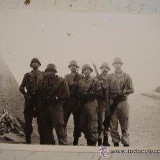 Fotografía antigua: FOTO DE LA MILI: MILITARES ESPAÑOLES CON CASCO Z Y CETME EN EL CAMPAMENTO. Lote 40456376