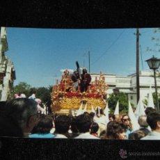 Fotografía antigua: SEMANA SANTA SEVILLA - FOTOGRAFIA DE 9X12 CM - AÑOS 80 - CRISTO DE LA VICTORIA - HDAD DE LA PAZ. Lote 40468167