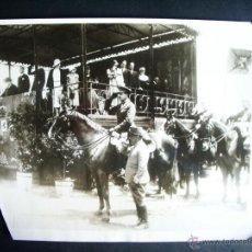 Fotografía antigua: 1930-REY ALFONSO XIII PRESIDIENDO EL DESFILE DE LAS FUERZAS ARMADAS. MADRID? . FOTO ORIGINAL. GRANDE. Lote 40703420