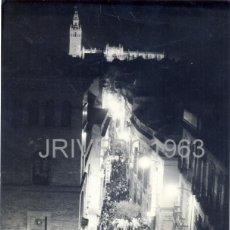 Fotografía antigua: SEMANA SANTA DE SEVILLA,ANTIGUA FOTOGRAFIA DE LOS PANADEROS POR CALLE CUNA, IMPRESIONANTE,178X240MM,. Lote 40719179