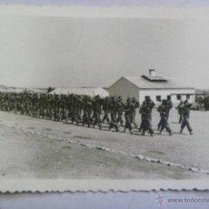 Fotografía antigua: CAMPAMENTO MILITAR Y DESFILE DE SOLDADOS , ROPA DE FAENA .. Lote 41279865