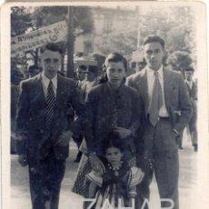 Fotografía antigua: SEVILLA, AÑOS 40, FERIA DE ABRIL, PUESTO ALMENDRAS GARRAPIÑADAS,58X80MM. Lote 41326734