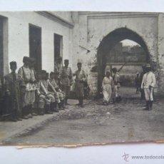 Fotografia antica: PROTECTORADO MARRUECOS AÑOS 10 : ESPAÑOLES RAYADILLO Y SALACOT Y MOROS. Lote 41485091