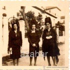 Fotografía antigua: SEVILLA, AÑOS 20, SEMANA SANTA SEVILLA, DOS FOTOS DE MUJERES DE MANTILLA, HELIOPOLIS, 60X60MM. Lote 41680310
