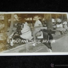 Fotografía antigua: FOTOGRAFIA 18X12 - NIÑO MONTADO EN ATRACCION CALLEJERA - CABALLITO - CABALLO. Lote 41691439