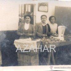 Fotografía antigua: SEVILLA, AÑOS 40-50, UN PUESTO DE FRUTAS, PRECIOSA,80X60MM. Lote 41719949