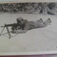 Fotografía antigua: MILITAR : SOLDADO CON ROPA DE FAENA CON CETME PROVISTO DE TRIPODE. Lote 41733651