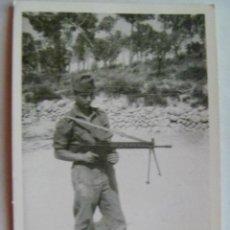 Fotografía antigua: MILITAR : SOLDADO CON ROPA DE FAENA CON CETME PROVISTO DE TRIPODE. Lote 41734515