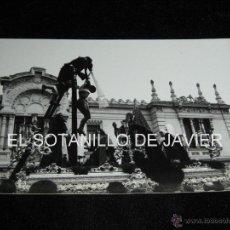 Fotografía antigua: SEMANA SANTA SEVILLA, FOTOGRAFIA DE 18X12 CM - PASO DEL CRISTO DE LAS CINCO LLAGAS - HDAD TRINIDAD. Lote 41762406