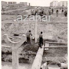 Fotografía antigua: SEVILLA,1958, TRABAJOS EN EL ARROYO DEL TAMARGUILLO, PREVIOS A LA RIADA, PRECIOSA,114X176MM. Lote 41766160