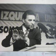 Fotografía antigua: FOTOGRAFIA DE JULIO ANGUITA. PARTIDO DE IZQUIERDA UNIDA .CORDOBA. MEDIDAS 30X24 CM. Lote 42017983