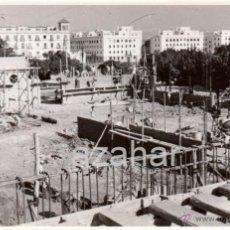 Fotografía antigua: SEVILLA, 1955, CONSTRUCCION DE ALMACENES EN EL PUERTO,175X115MM. Lote 42425760