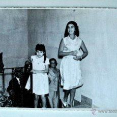 Fotografía antigua: FOTOGRAFIA ORIGINAL DE LA MARQUESA DE VILLAVERDE, HIJA DE FRANCO, LLEGANDO A MUSEO, 1965 . Lote 42493035