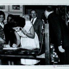 Fotografía antigua: FOTOGRAFIA ORIGINAL DE LA MARQUESA DE VILLAVERDE, HIJA DE FRANCO, FIRMANDO LIBRO DE ORO MUSEO, 1965 . Lote 42493057