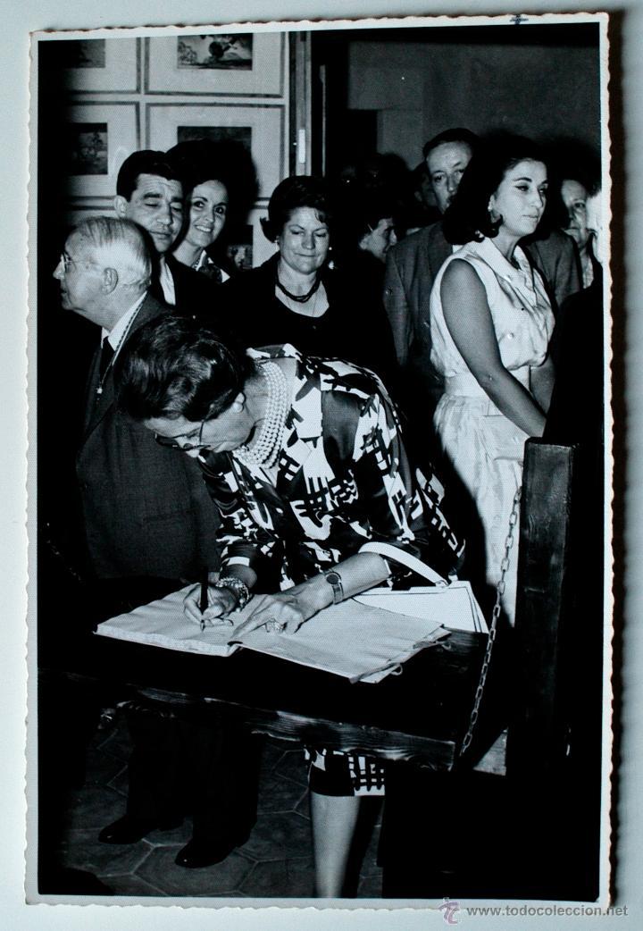 FOTOGRAFIA ORIGINAL DE DOÑA CARMEN POLO FRANCO, FIRMANDO LIBRO VISITAS MUSEO, 1965 (Fotografía Antigua - Fotomecánica)