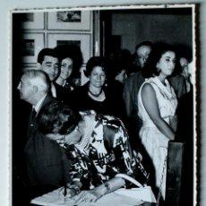 Fotografía antigua: FOTOGRAFIA ORIGINAL DE DOÑA CARMEN POLO FRANCO, FIRMANDO LIBRO VISITAS MUSEO, 1965 . Lote 42493070
