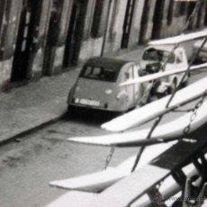 Fotografía antigua: FOTOGRAFIA ANTIGUA, COCHES, CITROEN 2CV, CALLE DE VALENCIA DESDE BALCON,1960S. Lote 42553913