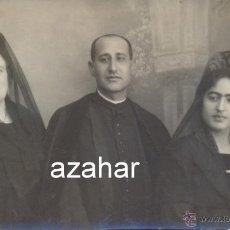 Fotografía antigua: SEVILLA, AÑOS 20, POSTAL FOTOGRAFICA, UN SACERDOTE CON SU FAMILIA, FOT.SANZ, LA CAMPANA. Lote 42785032