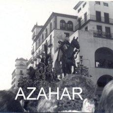 Fotografía antigua: SEMANA SANTA DE SEVILLA, HERMANDAD ESPERANZA DE TRIANA POR MERCADO DEL ARENAL,105X75MM. Lote 42860071