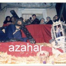 Fotografía antigua: SEMANA SANTA DE SEVILLA, 1991, PASO CRISTO HERMANDAD PENAS DE SAN VICENTE,152X100MM. Lote 43118319