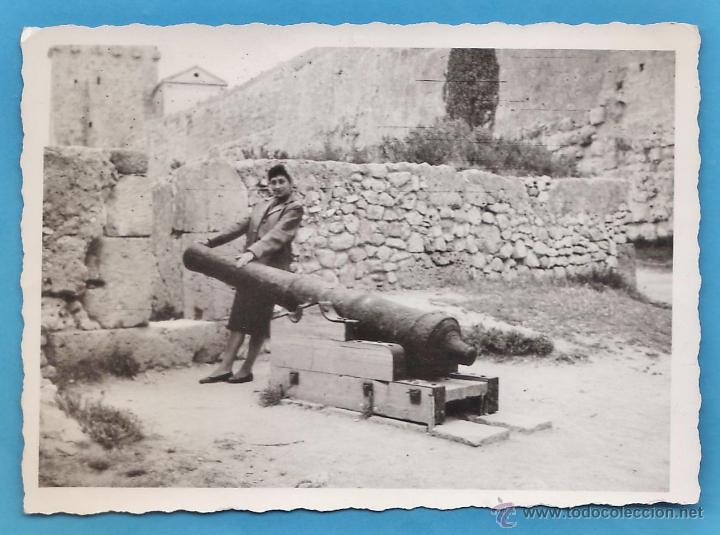 FOTOGRAFIA - ++¿LA RECONOCE? ++ CHICA EN LAS MURALLAS / TARRAGONA / TGN - SIN + DATOS - AÑO 60 - RD4 (Fotografía Antigua - Fotomecánica)
