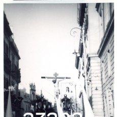 Fotografía antigua: SEMANA SANTA DE SEVILLA, AÑOS 60, PASO CRISTO HERMANDAD DE LOS NEGRITOS POR LARAÑA,70X100MM. Lote 43242713