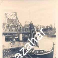 Fotografía antigua: SEVILLA, AÑOS 50, UN BARCO VIKINGO JUNTO AL PUENTE DE ALFONSO XIII, TOP RARA,58X84MM. Lote 43485647