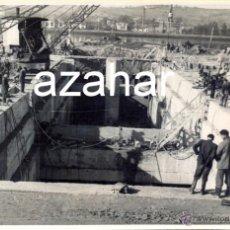 Fotografía antigua: AVILES, AÑOS 50-60, TRABAJOS CONSTRUCCION PUERTO DE ENSIDESA, MAGNIFICA,175X115MM. Lote 43509105