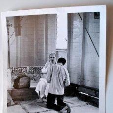 Fotografía antigua: FOTOGRAFIA ORIGINAL FR. JOHN FLYNN, CONFESIONES EN MISION MENIKOSA, ISLAS FIJI. Lote 43529373