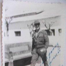 Fotografía antigua: MILITAR : SOLDADO DE FAENA . 1963 .......... 7 X 10 CM.. Lote 44106174