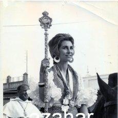 Fotografía antigua: LA REINA SOFIA EN EL ROCIO,1972, FOTOGRAFIA PROBABLE ALBERTO SCHOMMER,178X236MM,MAGNIFICA. Lote 44107709