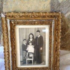 Fotografía antigua: ANTIGUA FOTOGRAFÍA DE NIÑOS EN FAMILIA CON MARCO DE EPOCA . Lote 44144748