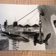 Fotografía antigua: PRECIOSA FOTOGRAFIA ANTIGUA ORIGINAL, REALIZADA EL AÑO 1964. BARCELONA, PUERTO, SUBMARINO,.. 24X18CM. Lote 44616247