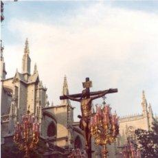 Fotografía antigua: SEMANA SANTA DE SEVILLA,1984, PASO DE CRISTO HERMANDAD DE SANTA CRUZ,100X150MM. Lote 44792274